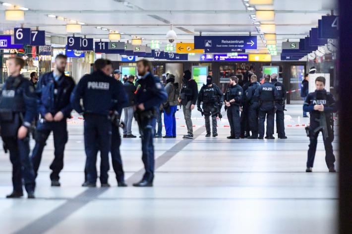 حمله مردی با تبر به مسافران قطار در دوسلدورف آلمان