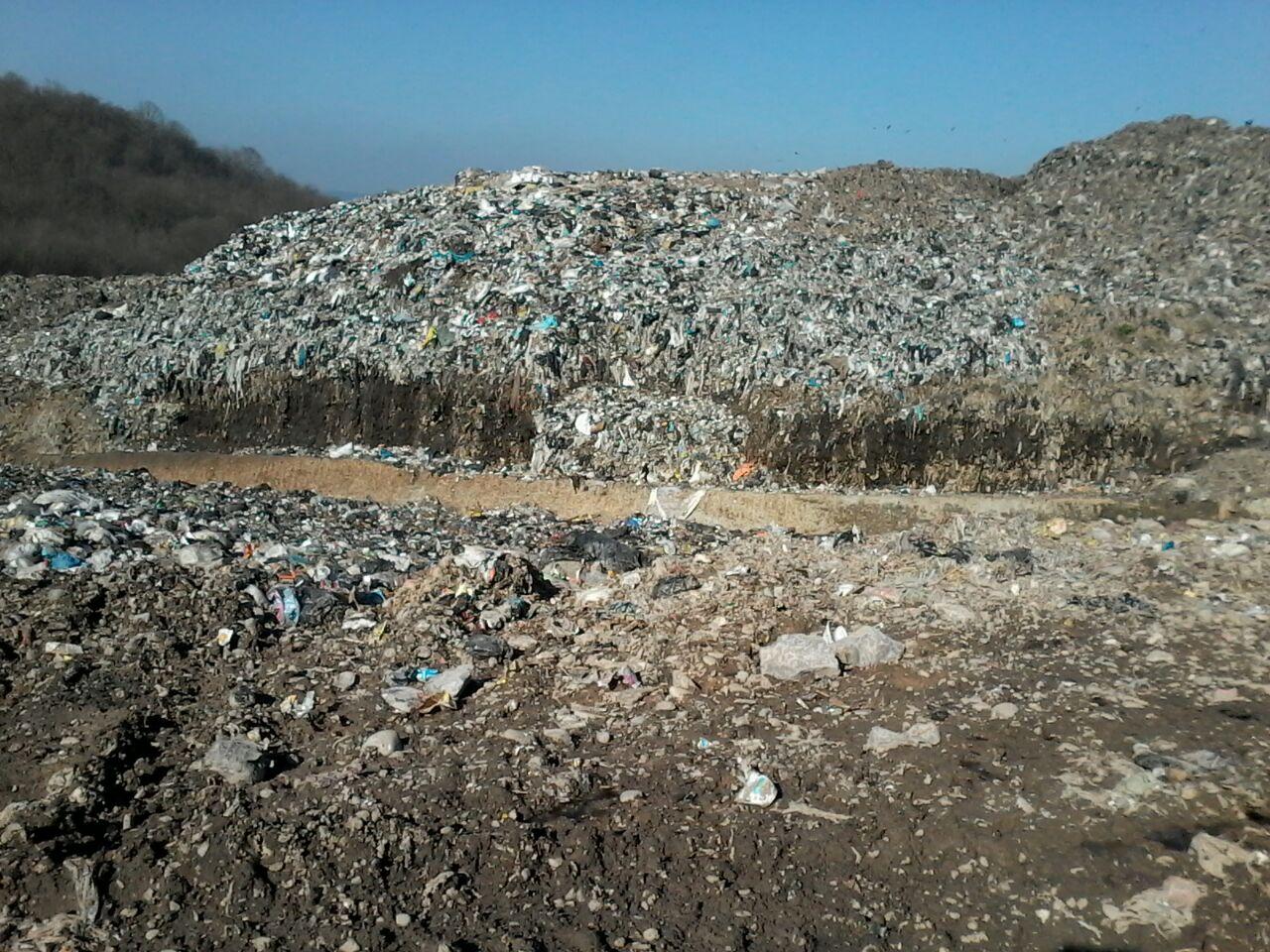 تجمع مردم سراوان در اعتراض به عدم رسیدگی به کوه هشتاد متری زبالهها