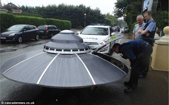 اسکورت بشقاب پرنده در خیابان توسط پلیس ایرلند