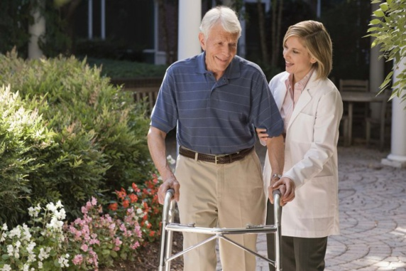 آهسته راه رفتن می تواند یکی از نشانه های آلزایمر باشد