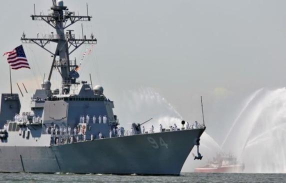 «شلیک اخطار» ناوشکن آمریکایی به  شناورهای ایران در تنگه هرمز