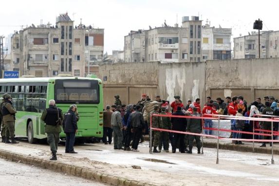 تصاویری از خروج اولین گروه مخالفان سوری از مناطق محاصره شده حمص