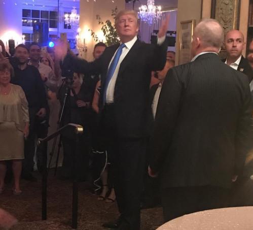 """تصاویری از حضور غافلگیرانه """"دونالد ترامپ"""" در یک مراسم عروسی در نیوجرسی"""