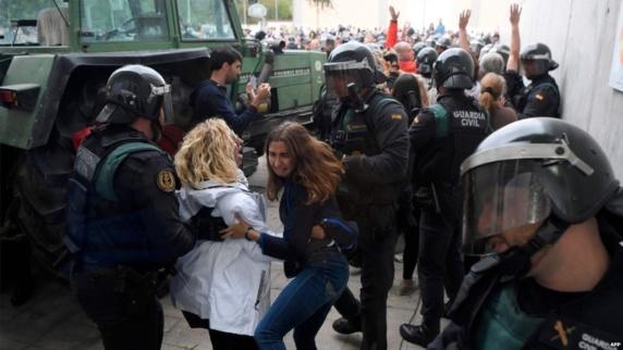 درگیری میان نیروهای پلیس اسپانیا و استقلال خواهان کاتالونیا صدها زخمی برجای گذاشت