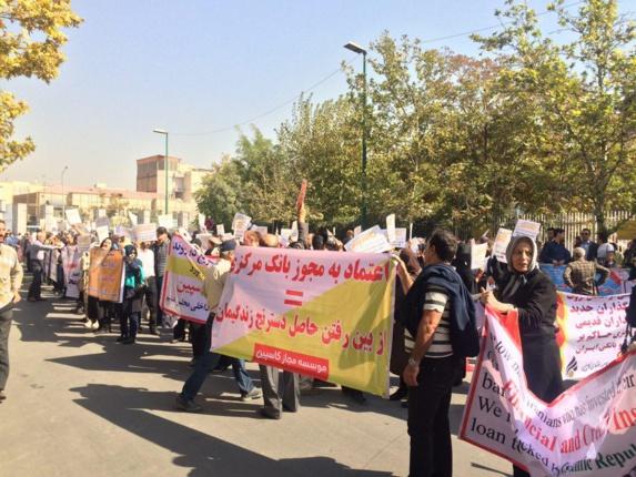 تصاویری از تجمع اعتراضی غارتشدگان مؤسسه آرمان و کاسپین