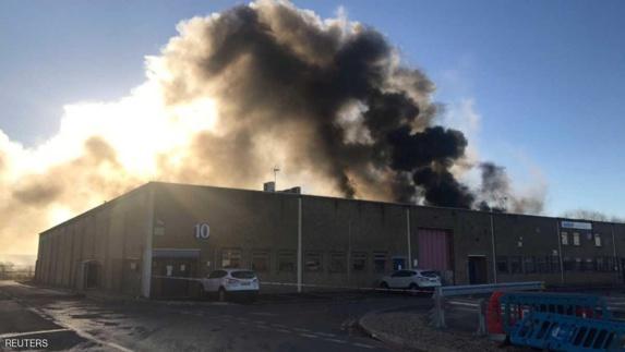 دود غلیظی ناشی از آتش سوزی در یک مرکز صنعتی آسمان لندن را فرا گرفت