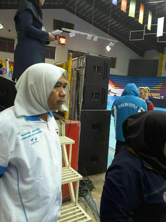 روسری برای مربی مرد تیم زنان تایلند در مسابقات گرگان + عکس