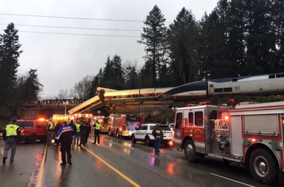 سقوط قطار از روی پلی در آمریکا چندین کشته و زخمی برجای گذاشت