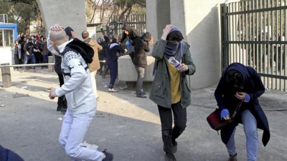 لوموند: یک انقلاب واقعی کلیت نظام ایران را نشانه گرفته است و آنکه می ترسد حکومت است، نه مردم