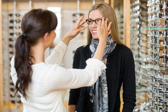 راهنمای انتخاب عینک مناسب صورت تان