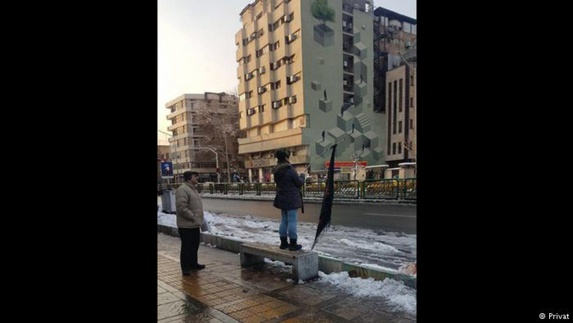 """تصاویر تکثیر """"دختر خیابان انقلاب"""" در شهرهای مختلف ایران"""