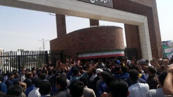 ادامه تجمع های کارگری در آخرین روزهای سال؛ کارگران فولاد در اهواز راهپیمایی کردند