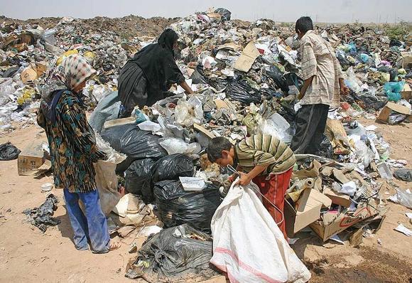 یک خانواده عرب اهوازی روزی خود را در میان زباله ها ی برومی می جویند