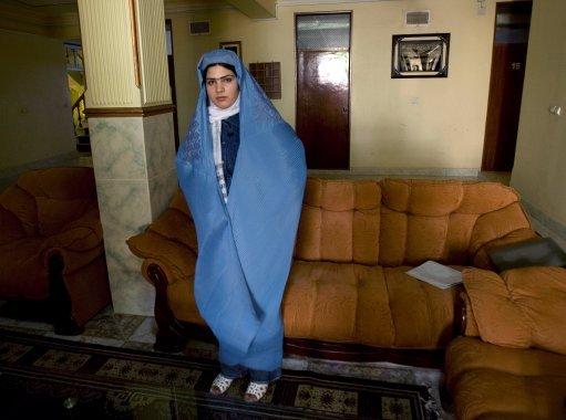 نیلوفر حبیبی ، روزنامه نگار و مجری برنامه تلویزیون با پوشش بورکا در مقابل دوربین
