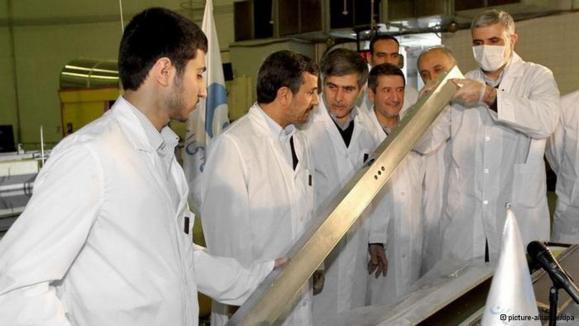 احمدینژاد در جریان بازدید از رآکتور تحقیقاتی تهران