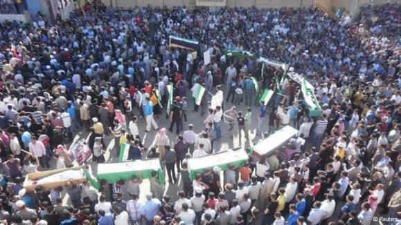 مراسم تشییع جنازه قتلعام درعا که توسط نیروهای امنیتی وفادار به بشار اسد روز شنبه (۹ ژوئن) به قتل رسیدند