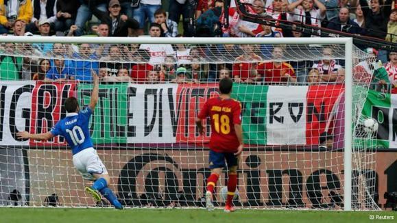 شادمانی آنتونیو کاسانو (چپ) از گل ایتالیا به اسپانیا