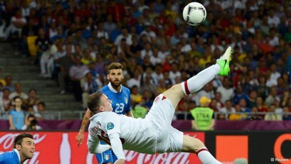 وین رونی (پیراهن سفید)، ستارهی انگلیس در دیدار با ایتالیا نتوانست خوش بدرخشد