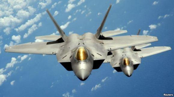 جنگندههای اف -۲۲ که اخیرا به پایگاهی در امارات منتقل شدهاند، از اقلامی است که پیسبینی میشود در جنگ گرم احتمالی علیه ایران، به کار برده شوند.