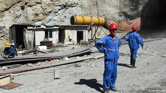 کارگر چینی مشغول در ساخت آزادراه تهران - شمال