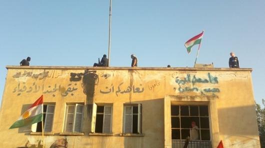 پرچم کردستان بر فراز ساختمان های دولتی در سوریه
