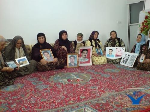 عکس آرشیوی،نشست خانواده زندانیان سیاسی محکوم به اعدام در سنندج