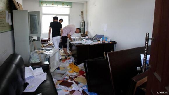 حمله معترضان به اداره دولتی منطقه