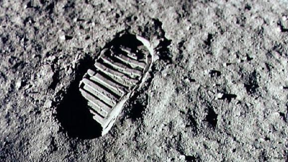 اثر پای نیل آرمسترانگ بر خاک ماه در ۲۰ ژوئیه ۱۹۶۹