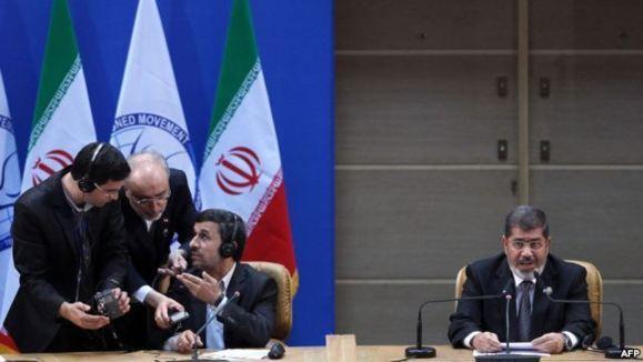 عکسی که نشان از هماهنگی  مقامات ایرانی با مترجم سخنان محمد مرسی رئیس جمهوری مصر می دهد