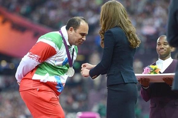 ورزشکار ایرانی از دست دادن با عروس ملکه بریتانیا خودداری کرد