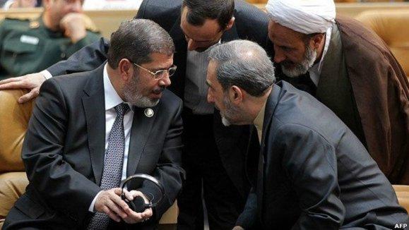 محمد مرسی ریس جمهوری مصر در محاصره مشاوران خامنه ای