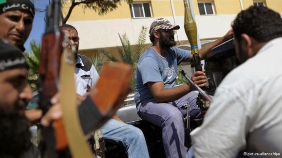 مردم لیبی سلاحهای خود را تحویل میدهند