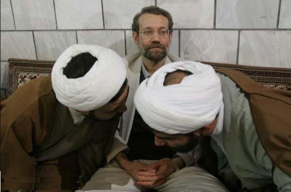 انتقاد شدید محمود احمدی نژاد از علی لاريجانی و نهادهای امنیتی