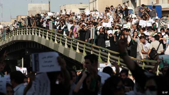 معترضان به نتایج انتخابات ۱۳۸۸ در شعارهایشان، رهبر ایران و فرزندش مجتبی خامنهای را مورد شماتت قرار دادند