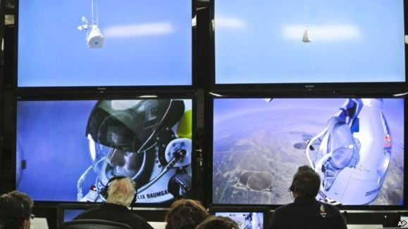 گروهی از متخصصان در مرکز کنترل، مستقیما با فلیکس بومگارتنر در تماس بودند و اوضاع را کنترل می کردند