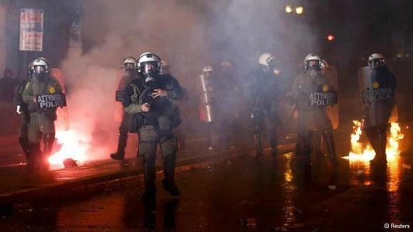 پارلمان یونان در محاصره معترضان بسته ریاضتی تازهای به تصویب رساند