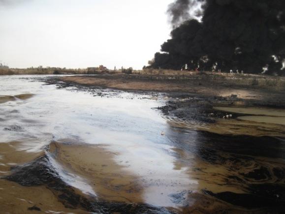 نمایی از آلودگی نفتی در رودخانه کرخه