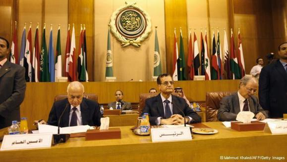مقر اتحادیه عرب در قاهره. نبیل العربی (چپ)، دبیرکل اتحادیه عرب و عدنان منصور (وسط)، وزیر امورخارجه لبنان در اجلاس اضطراری این اتحادیه در روز شنبه ۱۷ نوامبر