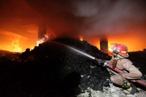آتش سوزی در کارخانه نساجی بنگلادش؛ 121 کشته