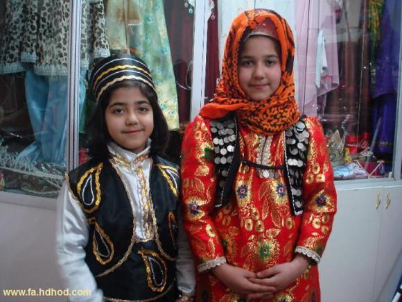 دو کودک ترک آذری با لباس محلی