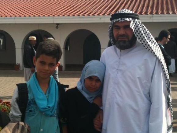 شیخ ابو عمر اهوازی با فرزندان خود، ایشان پس از تحمل چندین سال زندانی به کشور سوید پناهنده شدند