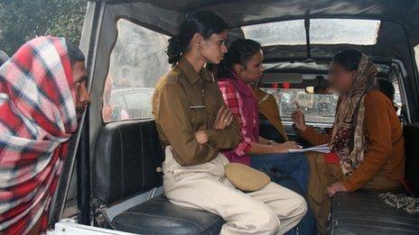 رکسانا (نفر سمت راست) درباره ربوده شدنش با پلیس صحبت میکند