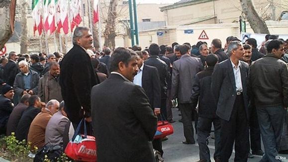 ادامه تجمع کارگران کشت و صنعت شوشتر در برابر دفتر ریاست جمهوری