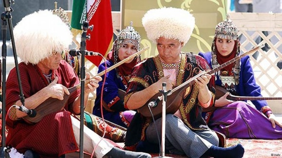 دکتر مجید تکه (راست)، از بخشیهای معاصر ترکمن