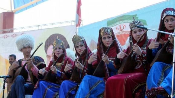اجرای موسیقی ترکمن در جشن ۲۷۹مین سالروز تولد مختومقلی فراغی، شاعر ترکمن