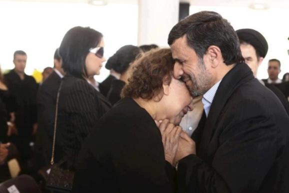 محمود احمدی نژاد هنگام همدردی با مادر چاوز