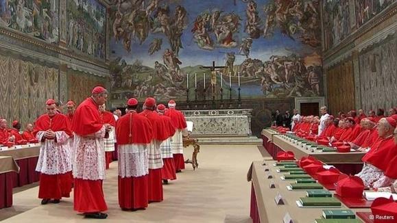 کاردینالهای واتیکان پس از مراسم عبادی اجتماع میکنند تا پاپ جدید را انتخاب کنند