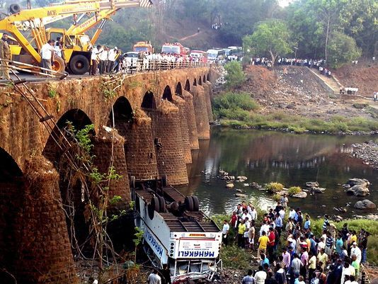 در سقوط یک اتوبوس از پل در هند نزدیک به چهل نفر کشته شدند