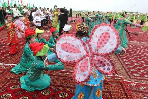 رقص محلی مردم ترکمنستان در مراسم عید و جشنواره ها-مجموعه عکس دیدنی