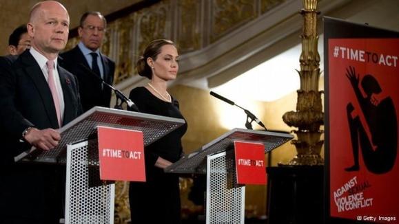 آنجلینا جولی فرستاده ویژه سازمان ملل در نشست گروه هشت در لندن در کنار ویلیام هیگ وزیر خارجه بریتانیا